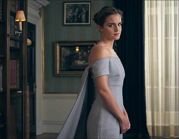 . 26 février : Emma a fait un photocall en compagnie de ses co-stars à Londres ! Sa tenue est tellement jolie, je suis vraiment amoureuse de ses cheveux aussi. Sa relation avec ses co-stars est belle.  .