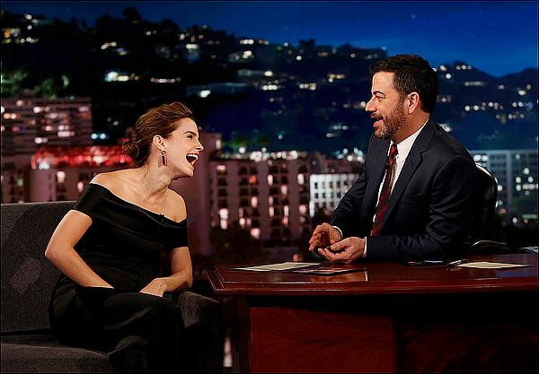 . 06 mars : Emma était invitée à l'émission de talk show : The Jimmy Kimmel Live, à Los Angeles ! Elle était toute souriante, comme à son habitude, et elle a l'air de s'être bien amusé ! Sa tenue est très sobre et simple.  .