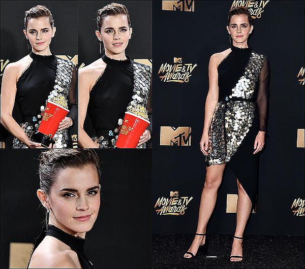 . 07 mai : Emma a participé à la cérémonie des MTV Music Awards avec son co-star Josh Gad! Elle a gagné le prix de la meilleure actrice dans une catégorie non-genré (mélangeant les hommes et les femmes). Je suis fière d'elle ! . «Tout d'abord, je pense que je devrais dire quelque chose au sujet du prix lui-même. Que ce soit la première récompense dans l'histoire du cinéma qui ne distingue pas les nommés en fonction de leur genre nous apprend quelque chose sur l'expérience humaine. La décision de MTV de créer un prix non-genré pour les acteurs aura une signification différente pour chacun. Pour moi, cela signifie que le jeu d'acteur est la capacité d'individu à se mettre à la place d'un autre et cela ne nécessite pas deux catégories séparées. L'empathie et la faculté à utiliser son imagination ne devraient pas avoir de limites. Ceci a une grand importance pour moi. Je crois qu'on m'a remis ce prix à cause de qui est Belle et ce qu'elle représente. Les villageois dans notre conte de fées voulaient lui faire croire que le monde était plus petit que ce qu'elle croyait, avec moins d'opportunités pour elle, que sa curiosité, sa soif de connaissance et son désir d'obtenir plus de la vie étaient la cause de son sentiment d'aliénation. J'ai adoré jouer quelqu'un qui n'a écouté rien de tout ça. Je suis tellement fière d'avoir pu participer à un film qui célèbre la diversité, l'inclusion, la lecture et la joie comme celui-ci le fait» .