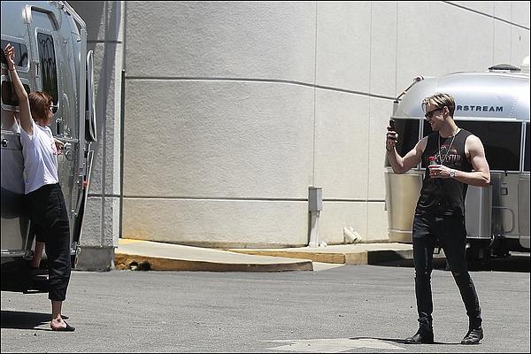 . 22 juin : Emma a été vue avec son copain Chord s'embrassant et prenant des photos à Los Angeles ! Cela faisait plusieurs mois qu'on n'avait plus de nouvelles d'elle, ça fait plaisir ! J'espère qu'on entendra des nouveaux projets pour elle. .