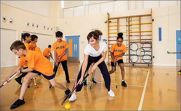 .  12 juillet : Emma a fait une surprise à des enfants hospitalisés pour pouvoir jouer au hockey avec eux Elle nous a avoué qu'elle adorait jouer au hockey quand elle était plus jeune et qu'elle voulait motiver plus de jeune à y jouer également.   .