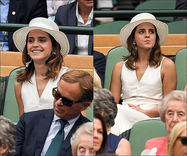 .  15/07 : Emma était au tournoi de Wimbledon, devant l'un des matchs de Serena Williams. Elle était habillée avec un tailleur de chez Ralph Lauren ! Elle était vraiment classe et jolie, j'adore la revoir si souriante !  .