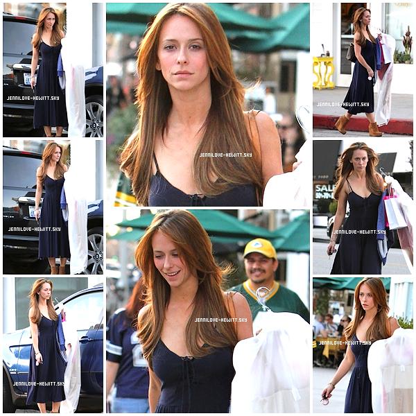 ■ Candid du 28 Janvier 2012   » JLove a été aperçue ce 28 Janvier lorsqu'elle fesait du shopping dans les rues de Los Angeles. J'aime beaucoup sa robe !
