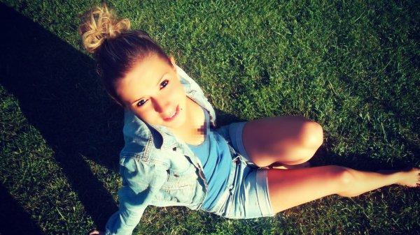 Rαppelle toi Qu'hier est pαrti pour toujours, Que demαin ne viendrα peut-être jαmαis,  Seul αujourd'hui t'αppαrtient. Donc gαrde le sourire & profite de chαque instαnt de tα vie...