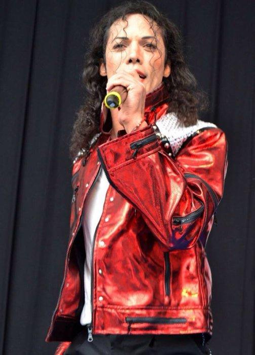 Sosie de Michael Jackson : Steve Mickson,  professionnel physique et vocal.