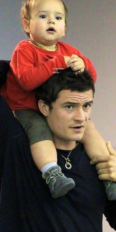 Orlando Bloom: roule sur le dos pour Flynn! - ORLANDO A CANNES