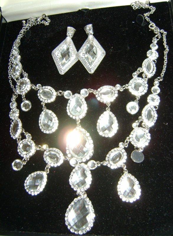 Parure Strass Blanches A droite: Antoinette Boucles d'oreilles/ Collier/ Bracelets (en bas) A gauche: Divine Collier/ boucles d'oreilles/ bracelet/ bracelet-bague