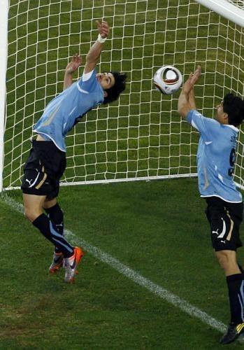 uruguay en demi-finale de la coupe du monde  2010  grâce à  Luis Suarez
