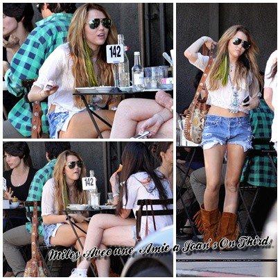 8 Octobre , Miley Cyrus déjeunant avec une amie à Joan's On Third.