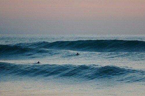 """""""Il lui fallait voir l'océan: il avait, il le sentait, besoin par-dessus tout de ce large horizon, il avait besoin du bruit des vagues. Il savait que ça le calmerait."""""""