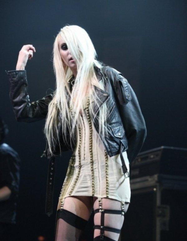 """Taylor Momsen : son concert avec son""""look"""" horrible..."""