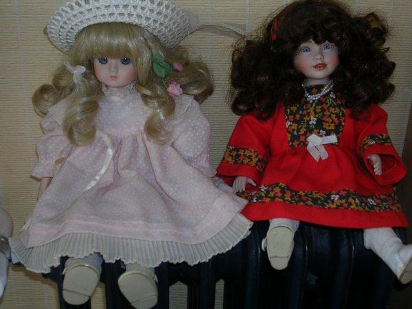 Deux jolies petites poupées en porcelaine