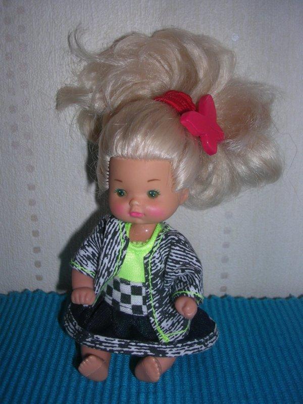 Bébé fille blonde Famille Doucoeur 1976