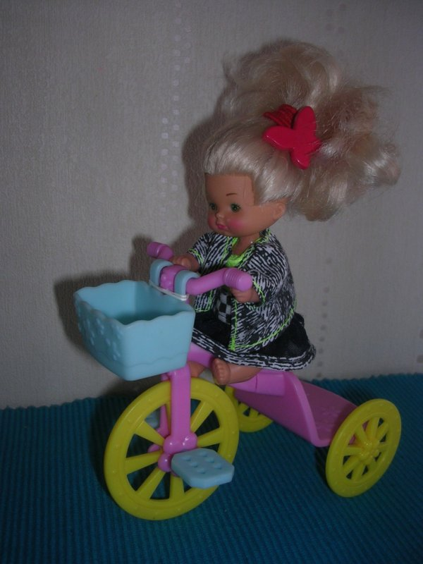 Bébé fille blonde Famille Doucoeur Mattel 1976 et son tricycle