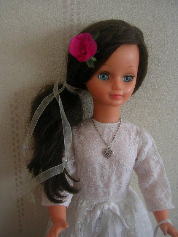 BETSIE et Rose en papier crépon dans les cheveux, j'aimerais lui faire un joli bouquet de fleurs ...