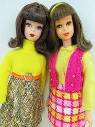 Deux magnifiques Barbies vintage dans des ensembles très colorés qui me plaisent beaucoup : 2 petites que j'adopterais bien .... J'ai hâte d'aller au prochain Salon de POUPEES !