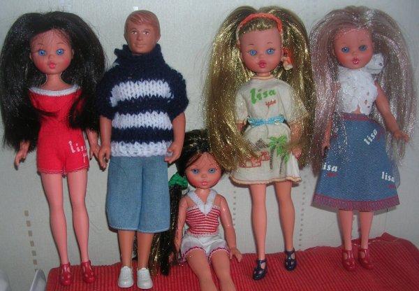MES PETITES LISA JEAN de Furga ENTOUREES DE BOY JEAN (Ce sont des poupées de mon enfance réimplantées par mes soins sauf la brunette en rouge qui m'a été offerte par mon chéri)