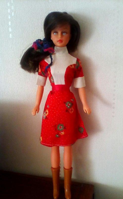 TRESSY AC BRUNETTE DANS UNE NOUVELLE ROBE Barbie ? Tressy ? Merci de vos infos, mes amies.