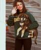 .   Selena montrant son nouveau chien nommé Baylor à ses fans dans Londres. .