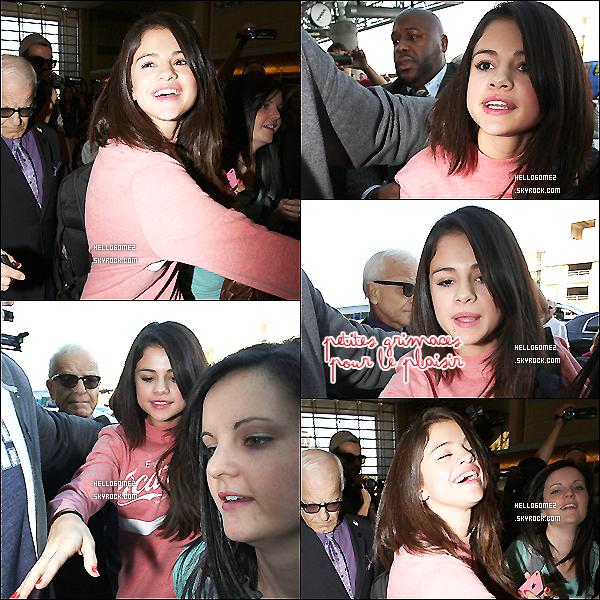 .    3 Novembre : Arrivée de S. à l'aéroport de LAX dans Los Angeles (pour une fois, sans son toutou) avec son T-shirt ''Enjoy Coca-Cola''. .