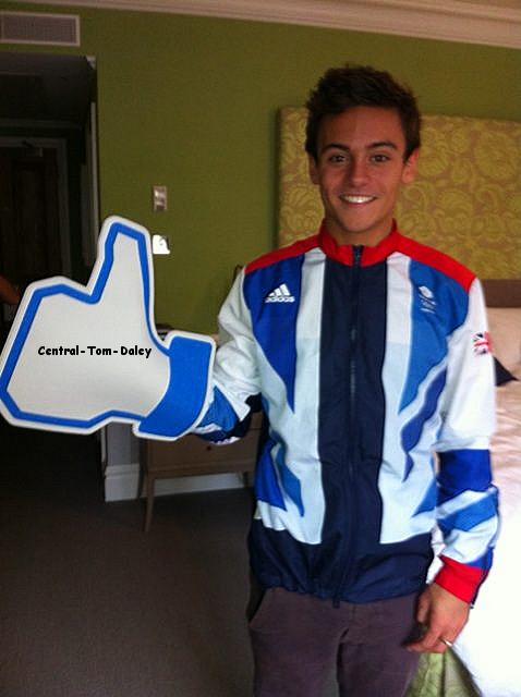 Tom célébrant ses 1 millions de j'aimes sur Facebook !