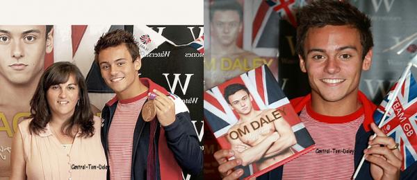 """Tom se trouvait à Londres pour dédicasser certains exemplaires de sa biographie """" My Story """" (15/08/2012)"""