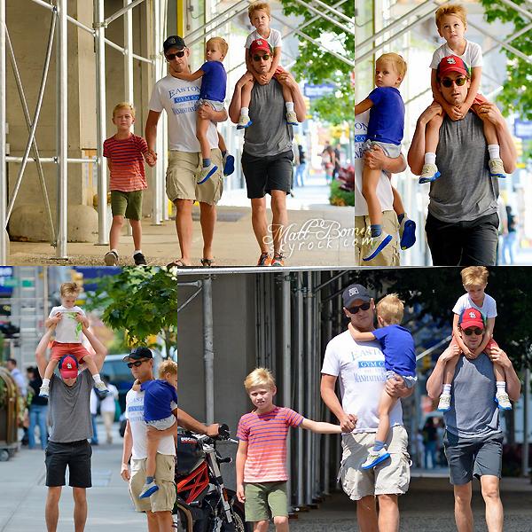 Matt , Simon , ainsi que les trois enfants de celui ci , vu se promenant dans New York le 2 Août . Je trouve la première photo vraiment magnifique . Matt est adorable , et je trouve Kit , Walker et Henry trop chou .