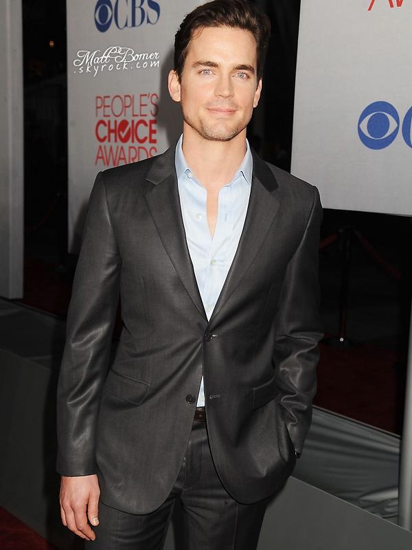 Matthew Bomer était présent lors de la cérémonie des « People's Choice Awards » le 11 Janvier . Il a posé sur le tapis au côté de son co-star Tim DeKay , et étaient présent pour promouvoir « White Collar » .. Matt était vraiment magnifique .
