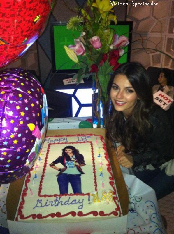 19/02 : Nouvelle photo de Vic a son anniversaire qu'elle a postait hier sur son twitter