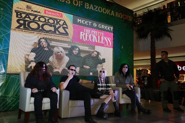 """- Avant de procéder à ce dimanche """"Rocks Bazooka"""" festival de musique, The Pretty Reckless ont assisté à une partie Fan lieu au Mall of Asia à Manille, Philippines (Septembre 29)-"""