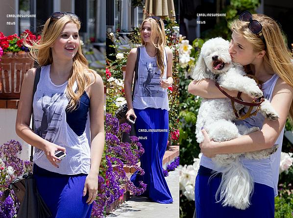 • Caroline Sunshine et son chien Paulie (ou Pawley) sont allé faire un petit tour dans Costa Mesa!