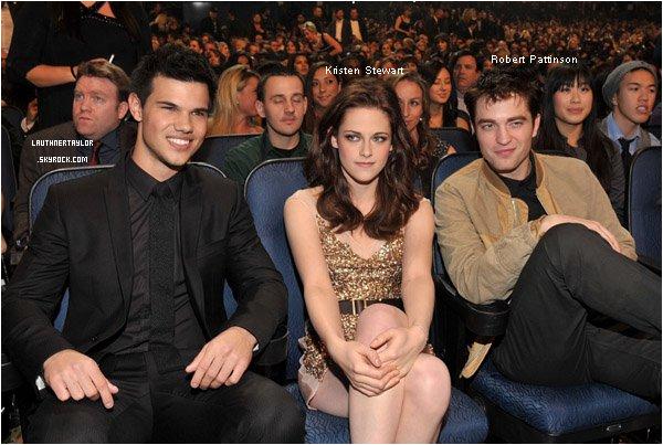 05/01/11 : Taylor est présent  avec Kristen Stewart & Robert Pattinson au People Choice Adwards . Ƹ̵̡Ӝ̵̨̄Ʒ › ` Récompenses : La saga Twilight a reçu un prix pour Eclipse comme meilleur film et meilleur film dramatique . Kristen Stewart a été désignée meilleure actrice et elle a remporté avec Robert Pattinson et Taylor Lautner, le prix du meilleur casting de film.