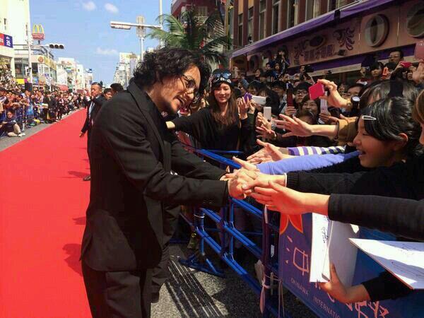 Koki sur tapis rouge à okinawa pour promouvoir son film