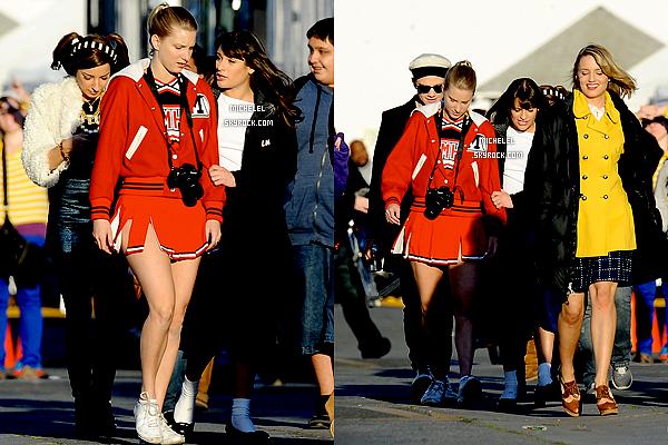 """6 décembre 2011  : Lea Michele, toute souriante, a été vue sortant du café """"Au bon pain"""" à Hollywood !"""