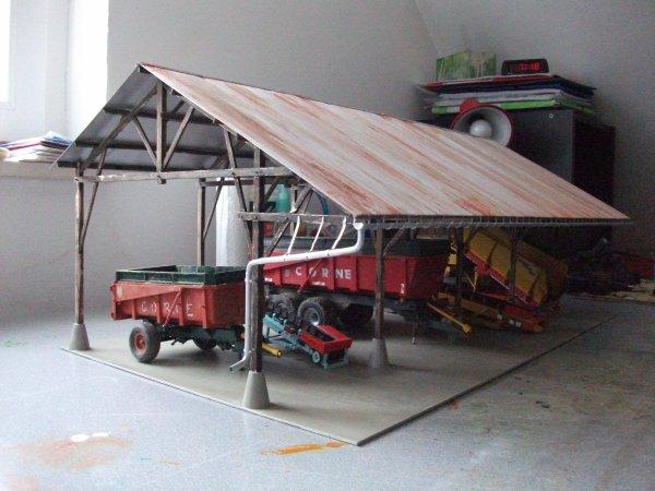 Hangard en bois avec materiel