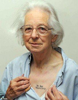 Une mamie de 81 ans se fait un tatouage sur la poitrine