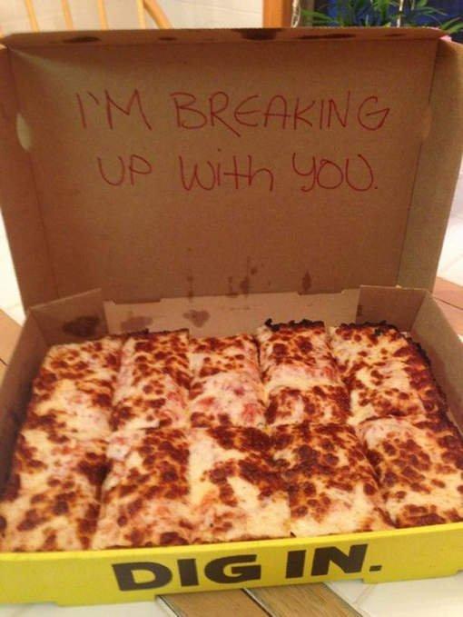 Il largue sa copine en utilisant une boîte à Pizza