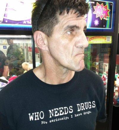 Un homme au t-shirt indiquant « J'ai de la drogue » arrêté