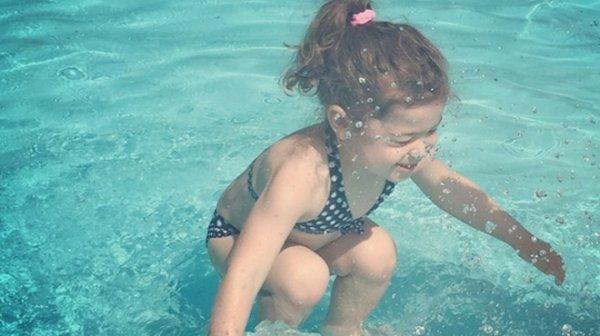 Cette petite fille est-elle sur ou dans l'eau ?