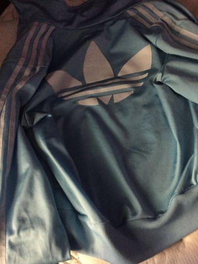 De quelle couleur est cette veste ?
