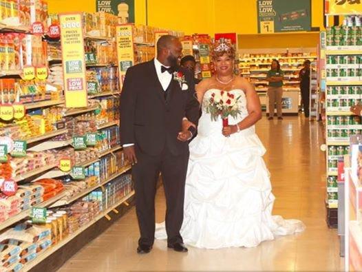 Ils se marient dans un supermarché