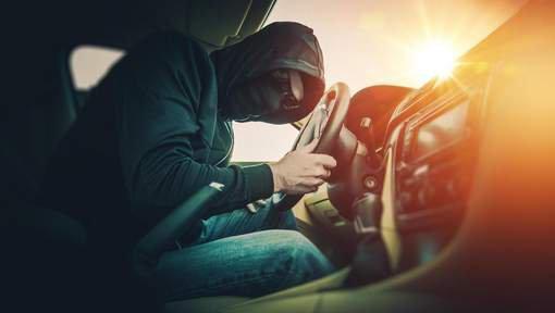 Il vole une BMW et se retrouve piégé à l'intérieur du véhicule