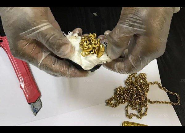 Arrêter avec plus d'un kilo d'or dans le rectum