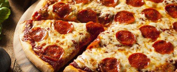 A la place du gâteau de mariage, ce couple sert des pizzas à leurs invités !