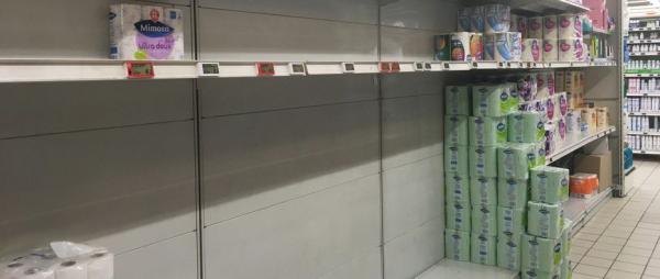 Pourquoi les gens achètent-ils en masse du papier toilette ?