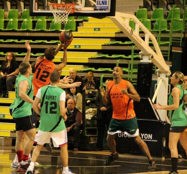 #51. Lisandro soutient le basketteur Thierry Rupert.