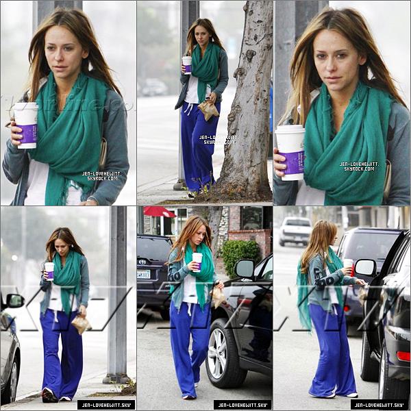 #25/02/12 : C'est une Jennifer avec une petite mine qu'on peut voir en jogging dans L.A, un café en main.Je trouve Jennifer toujours aussi jolie avec ou sans maquillage.#