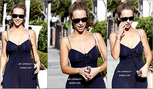 #10/03/12 : Jennifer a était aperçue alors qu'elle sortait d'un restaurant après avoir déjeuner, à Malibu.#