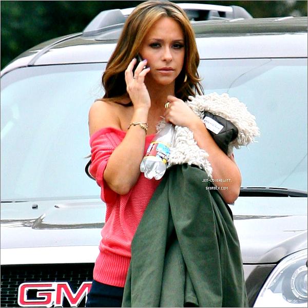 #13/03/12 : Jennifer à était aperçue deux fois dans la même journée sur le set de The Client List.C'est une Jennifer avec pleins de haut coloré qu'on peut voir sur les photos, j'aime beaucoup la couleur de son haut bleu.#