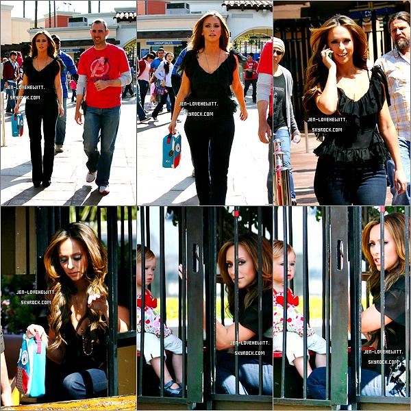 #28/03/12 : Jennifer a était aperçue plusieurs fois sur le tournage de sa nouvelle série The Client List.03/04/12 : Jennifer a était aperçue avec un enfant toujours sur le tournage de la série The Client List.#